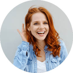 junge Frau lachend hält sich am Ohr
