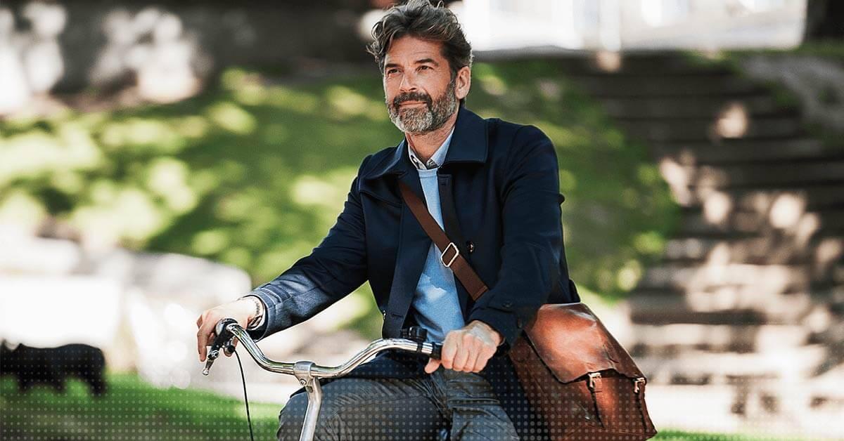 Ein Mann fährt auf dem Fahrrad