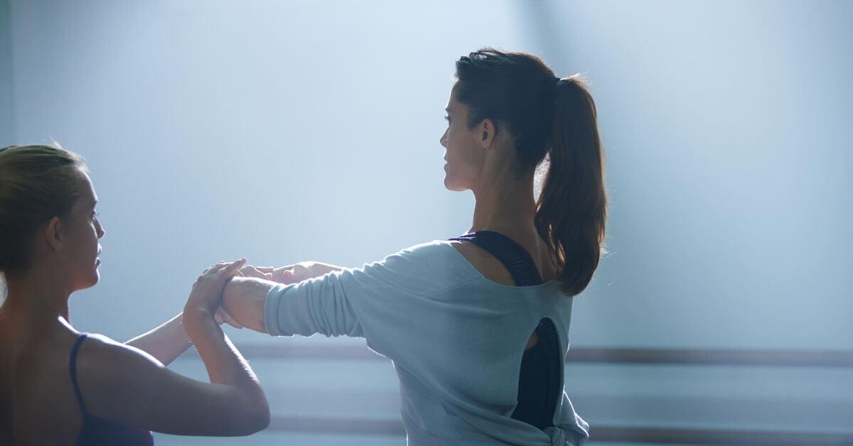 Frau mit Hörgerät tanzt Ballet