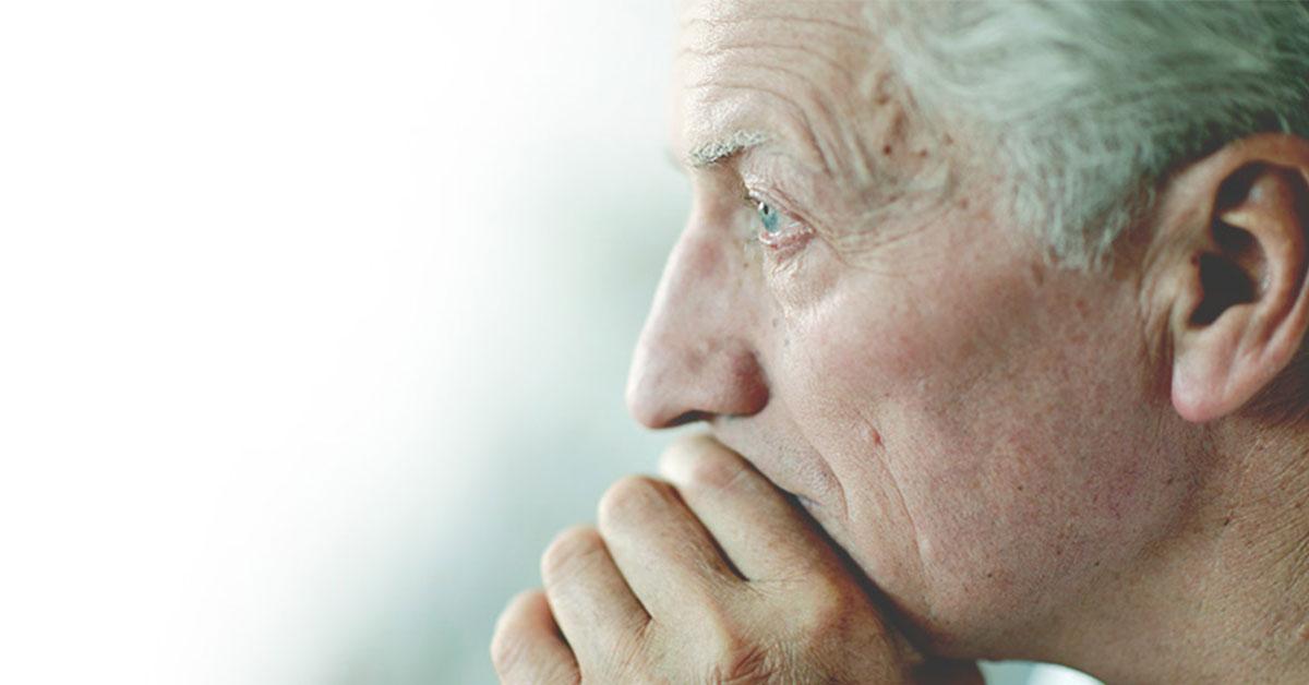 Ein älterer Mann sieht nachdenklich aus