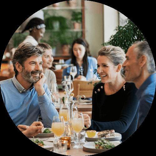 Tre adulti nel ristorante