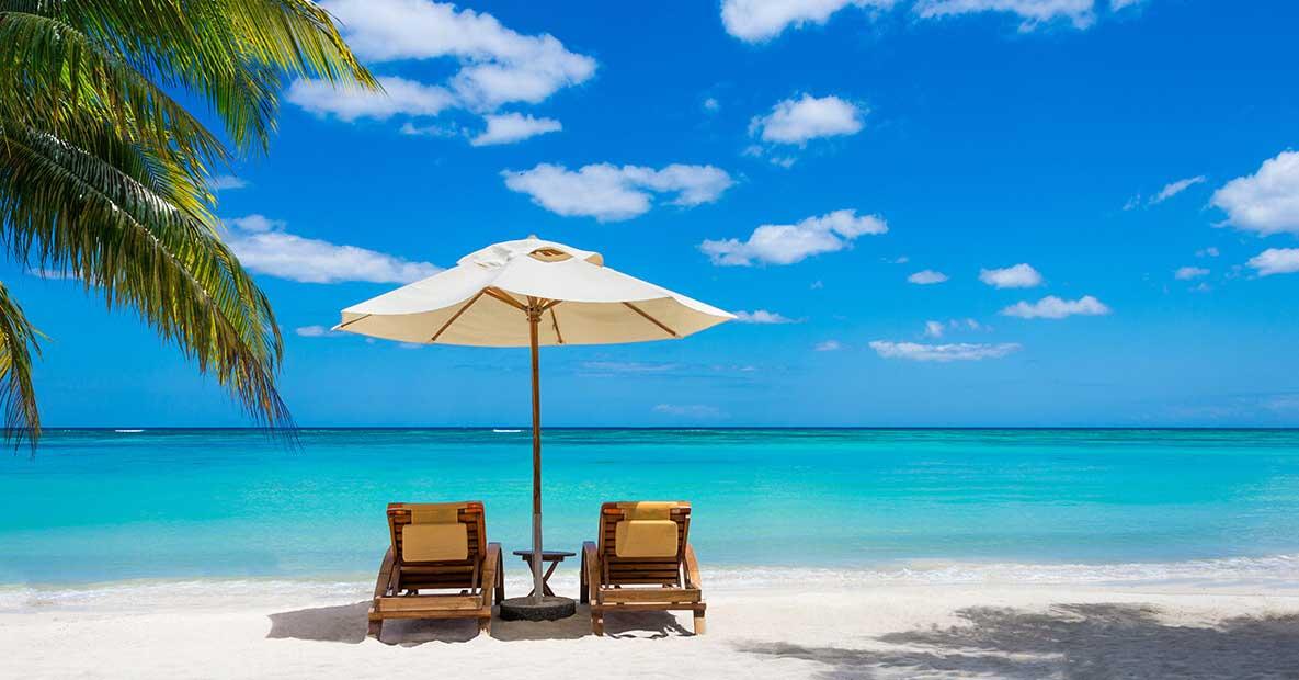 Spiaggia da sogno con due sedie a sdraio