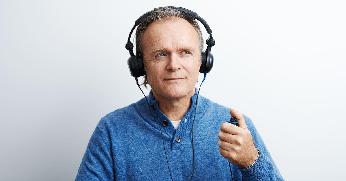 Un uomo anziano sta solo facendo un test dell'udito.