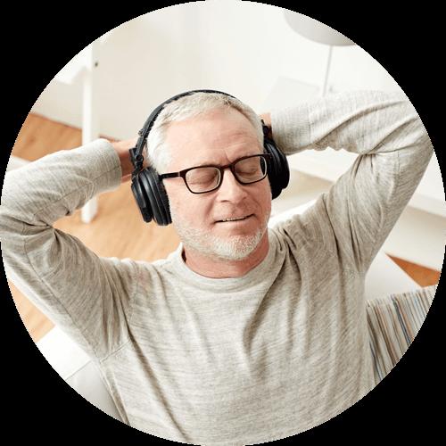 L'uomo ascolta la musica