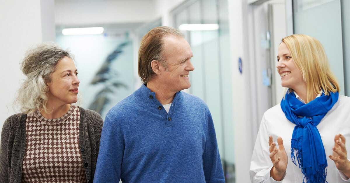 Audioprotesista con una coppia di anziani in un centro uditivo