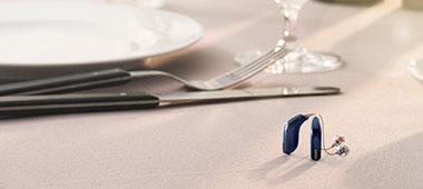 Oticon Opn Hörgeräte liegen auf dem Tisch
