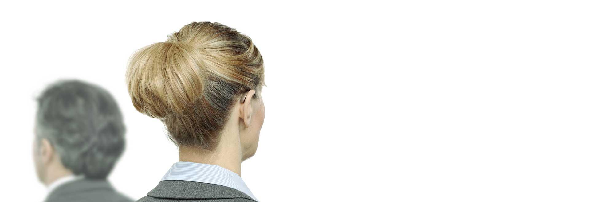 Frau von hinten mit einem Hinter-dem-Ohr-Hörgerät
