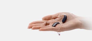 Hörgeräte liegen auf einer ausgestreckten Hand