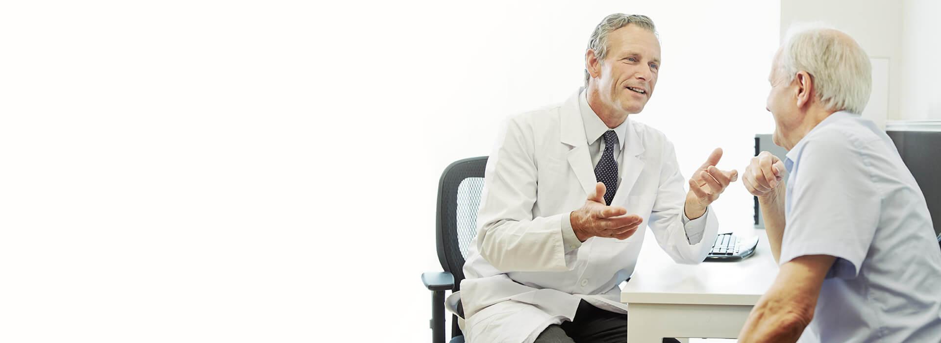Ein Arzt mit einem Ohr-Patienten