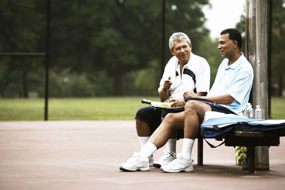 zwei Männer beim Tennis spielen