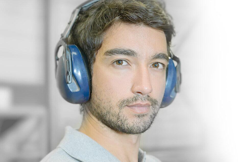 Ein junger Mann mit Gehörschutz