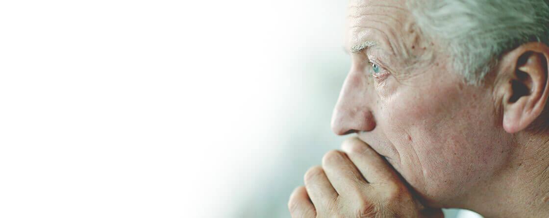älterer Mann sehr nachdenklich
