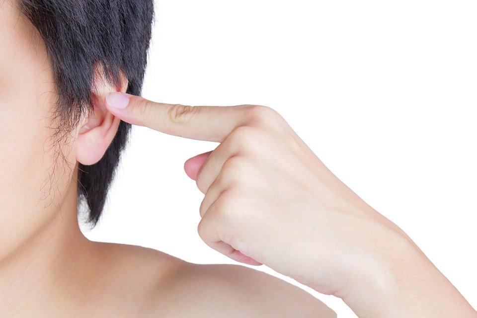 auriculothérapie-doigt-montrant-oreille