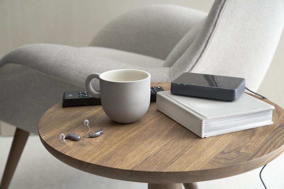 Appareils auditifs mini contours posés sur une table