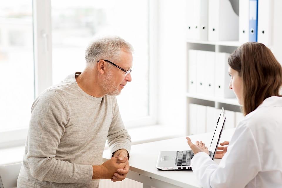 Audioprothésiste Audika conseille un patient dans le choix de ses appareils