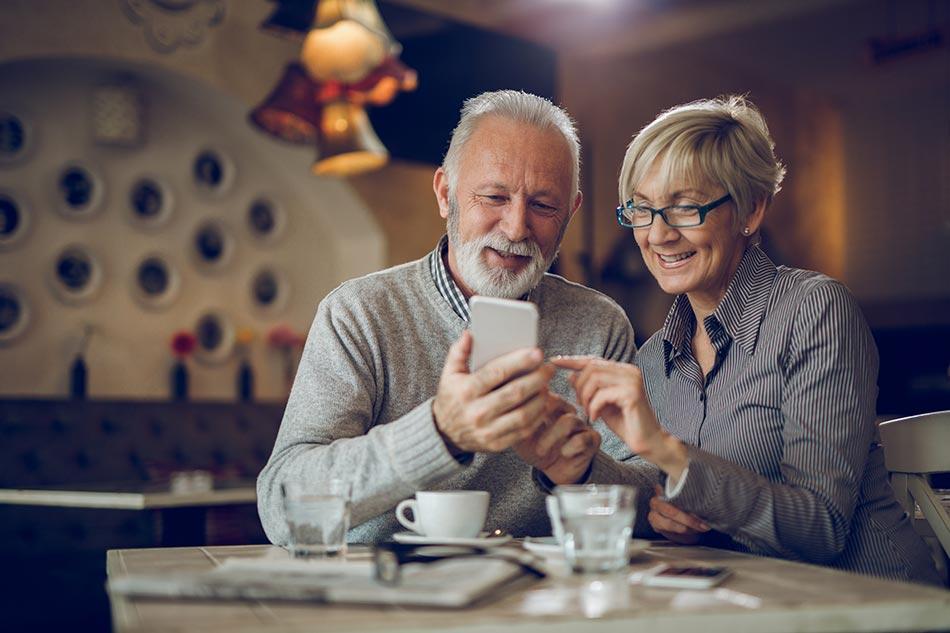 Couple de seniors en train de consulter les résultats d'un test auditif