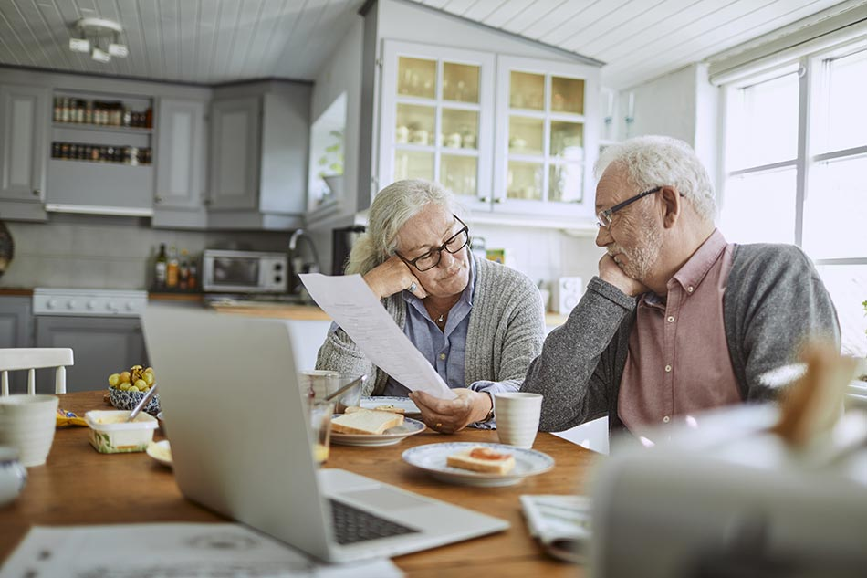 Couple de senior discutent du bilan auditif