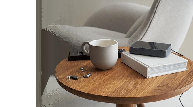 hoortoestel AHO op tafel met tv-adapter