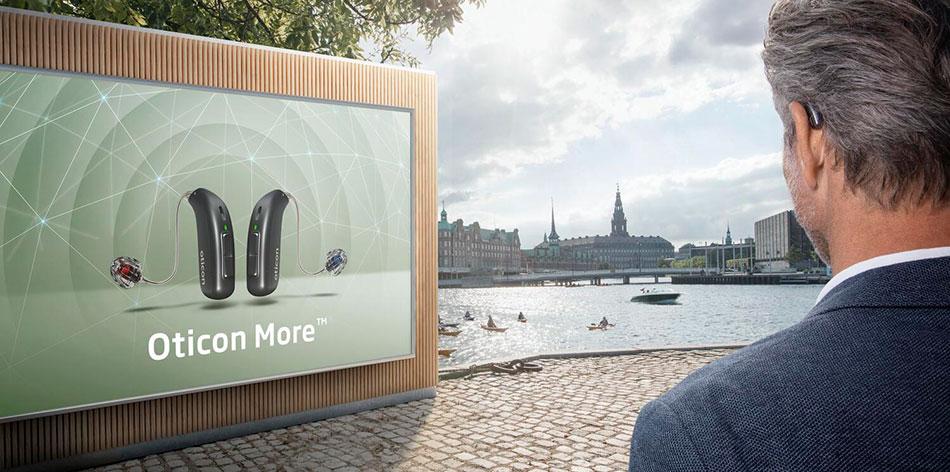 oticon_more_man-with_billboard