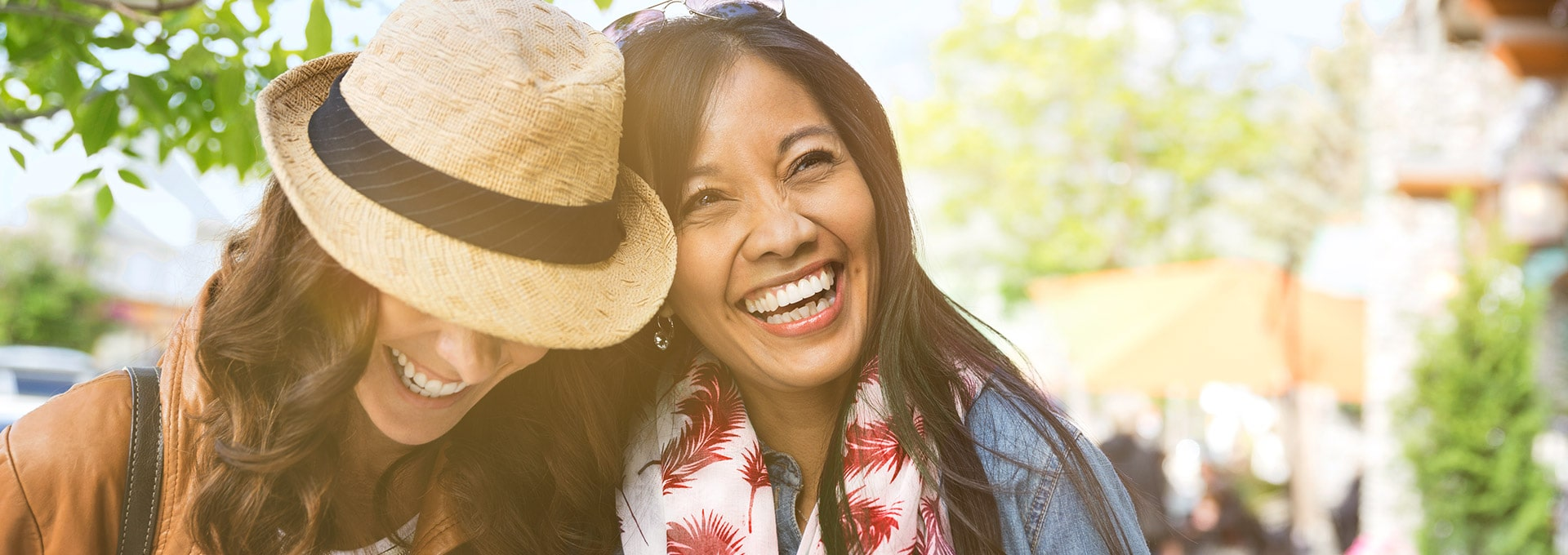Women walking on the street wearing a hat and not having feedback from the hearing aids due to the Dynamic Feedback Canceller.