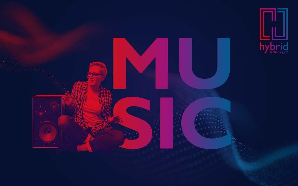 Rood/blauwe afbeelding van een vrouw naast een luidspreker, een MUSIC blok woordmerk, Bernafon Alpha's Hybrid Technology logo en een geluidsgolf