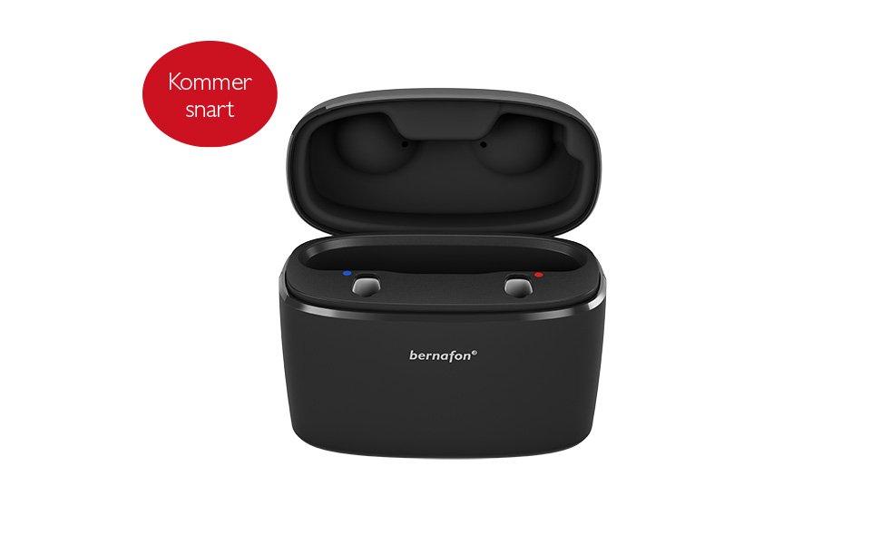 Sort, transportabel Charger Plus med åbent låg til to genopladelige Bernafon Alpha høreapparater