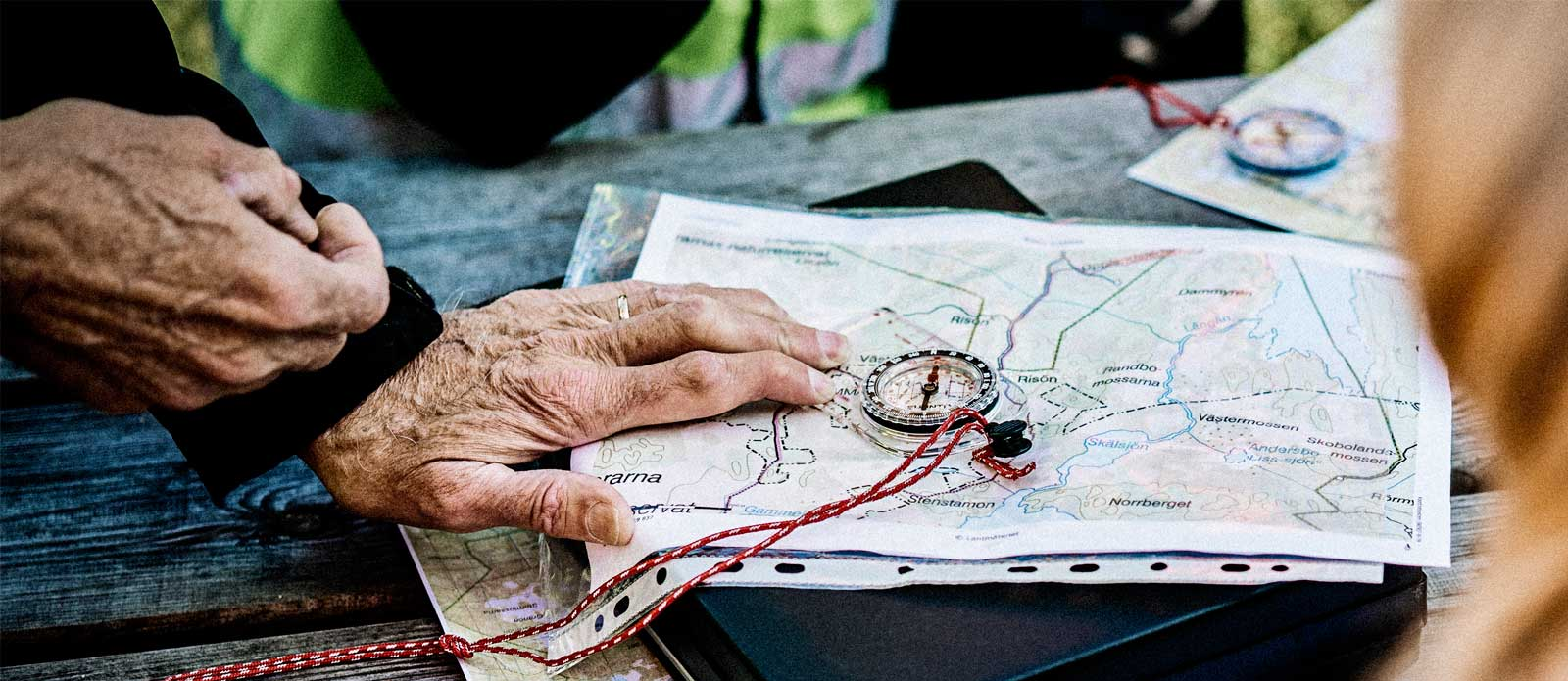 hiking-maps-table-family