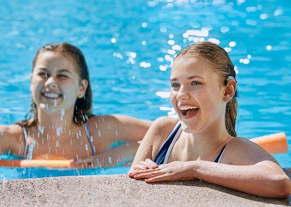 om_ci_neuro2_swimkit_2-girls-pool-edge_martin-soelyst_200428_29918f_less_shine