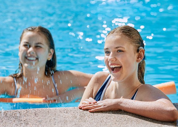 om_ci_neuro2_swimkit_2-girls-pool-edge_martin-soelyst_200428_29918f_less_shine