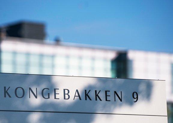 william-deman-holdingt-kongebakken-9-sign