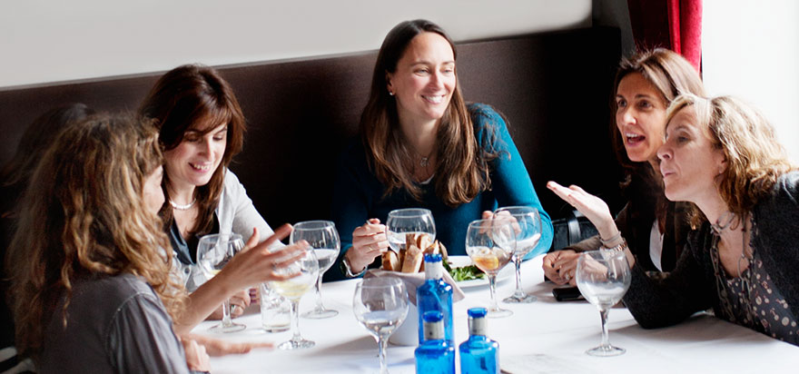 b2c-oticon-blog_post-image_9_fun_activities_to_do_with_a_hearing_aid_restaurant2