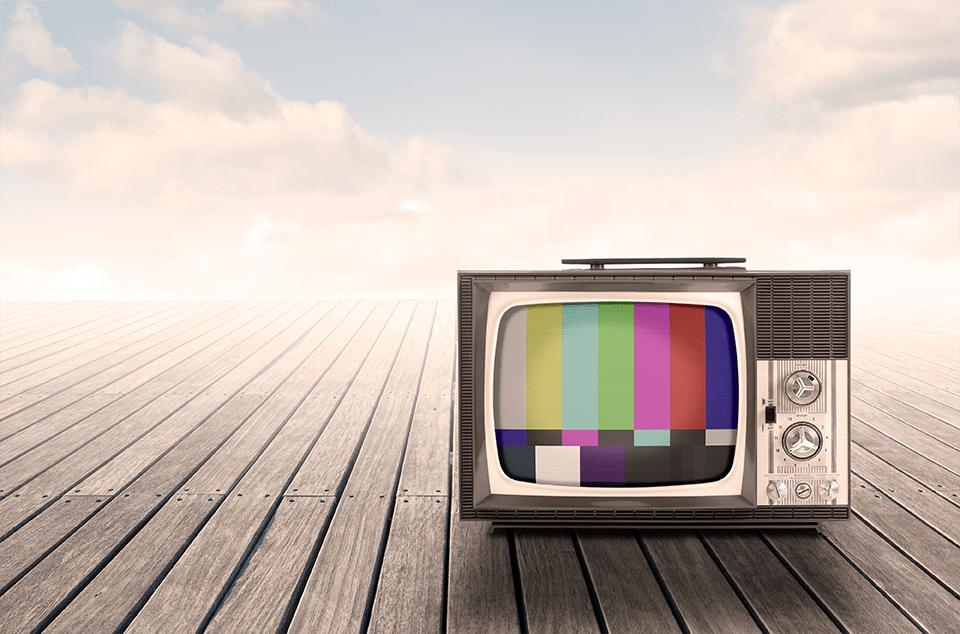 vielle télévision sur parquet avec ciel bleu et nuages