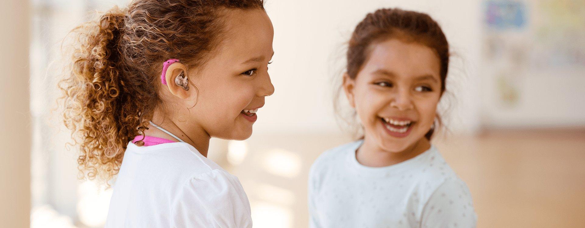 petites filles portant appareil auditif rigolent -adaptation bimodale
