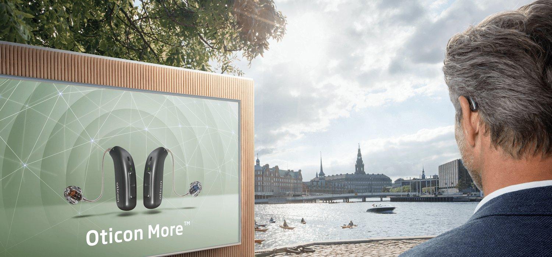 oticon_more_man-with_billboard_de