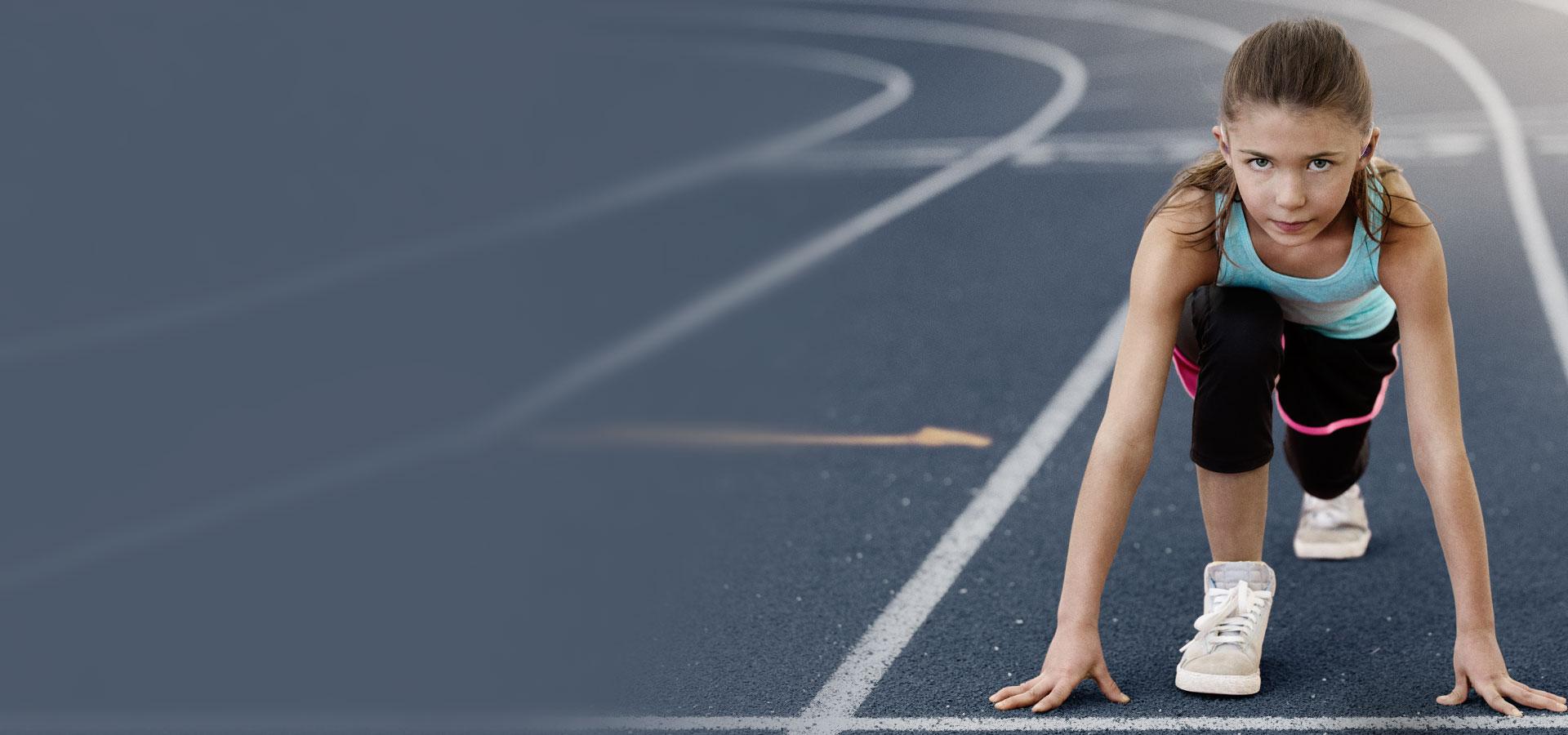 jeune petite fille au départ d'une course à pied