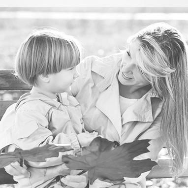 femme parlant à son enfant de façon claire et distincte