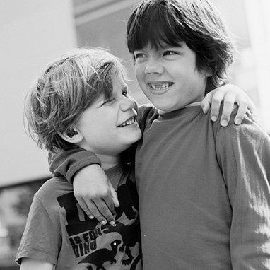 deux petits garçons en train de s'amuser