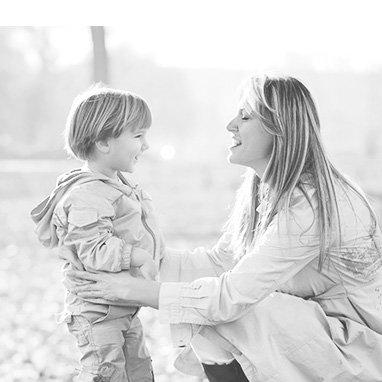 femme parlant à un enfant face à face pour une meilleure auditiion