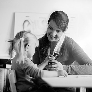 Mère jouant avec son enfants atteint de perte auditive