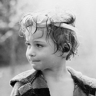 enfant trempé après avoir joué à l'eau