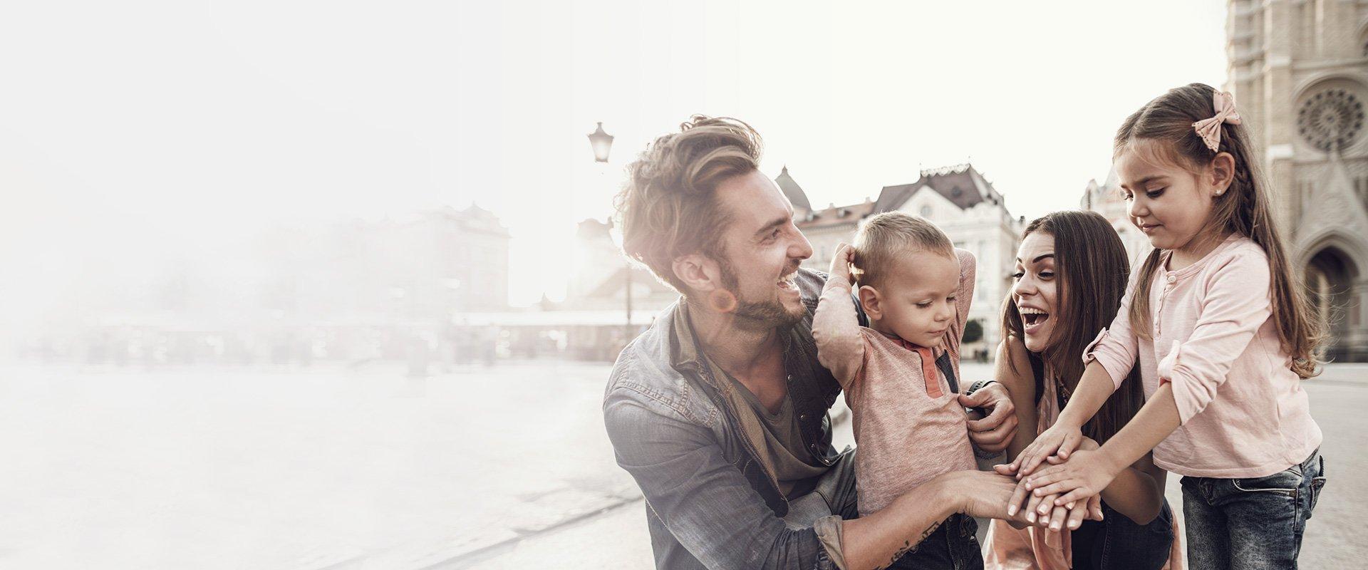 famille avec 2 enfants en vacances en train de rire