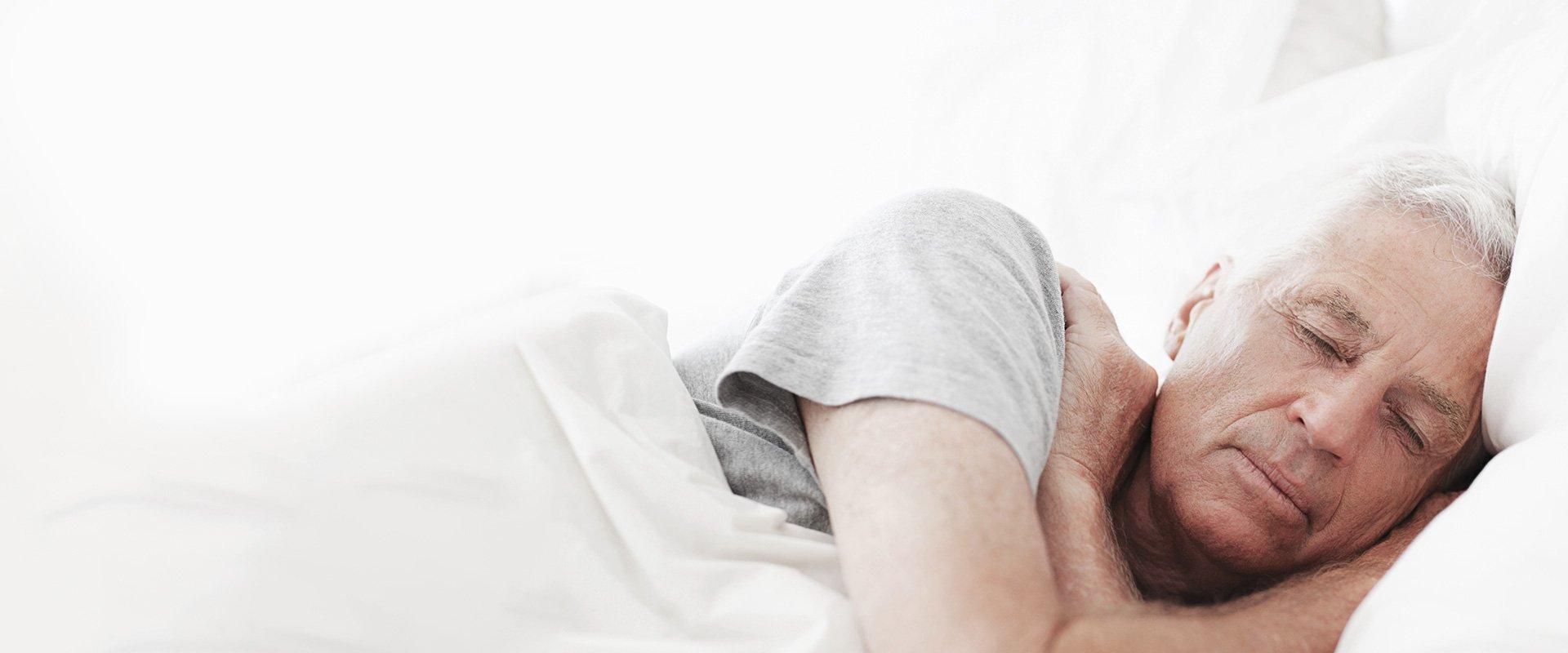 Homme endormi sur le côté sur ses oreilles