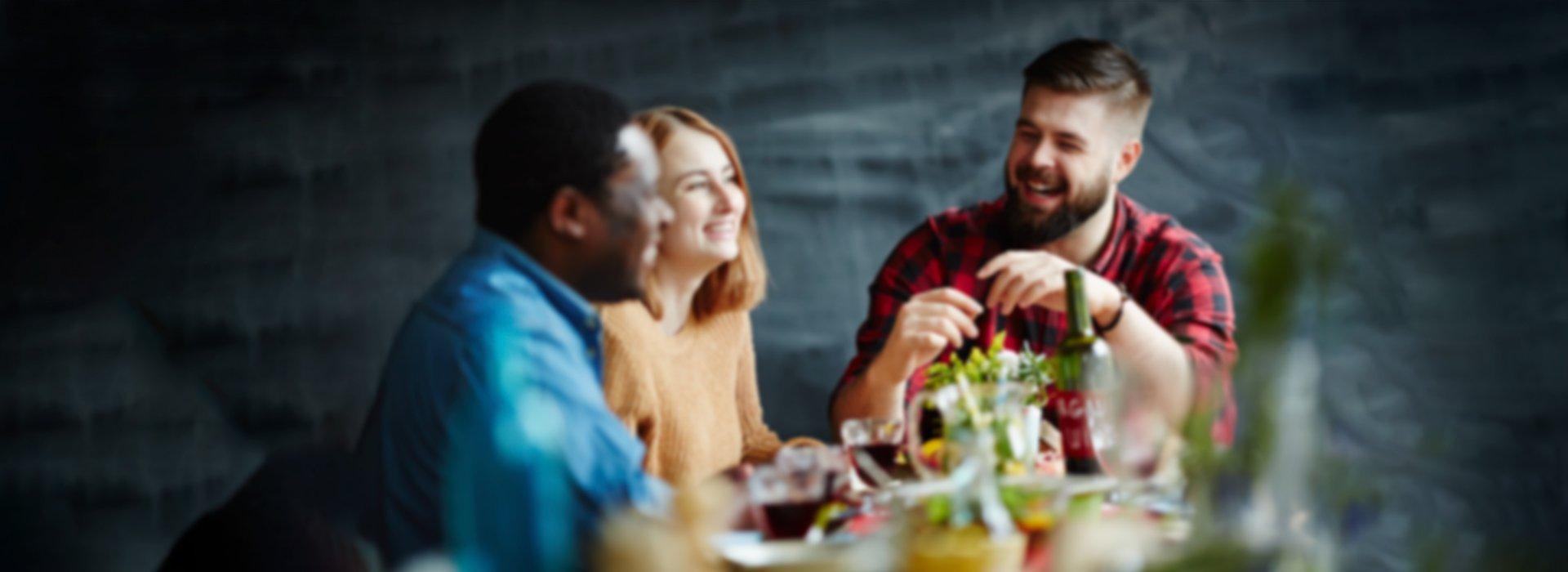 boule de noel dans assiette sur table dressée pour un repas en famille