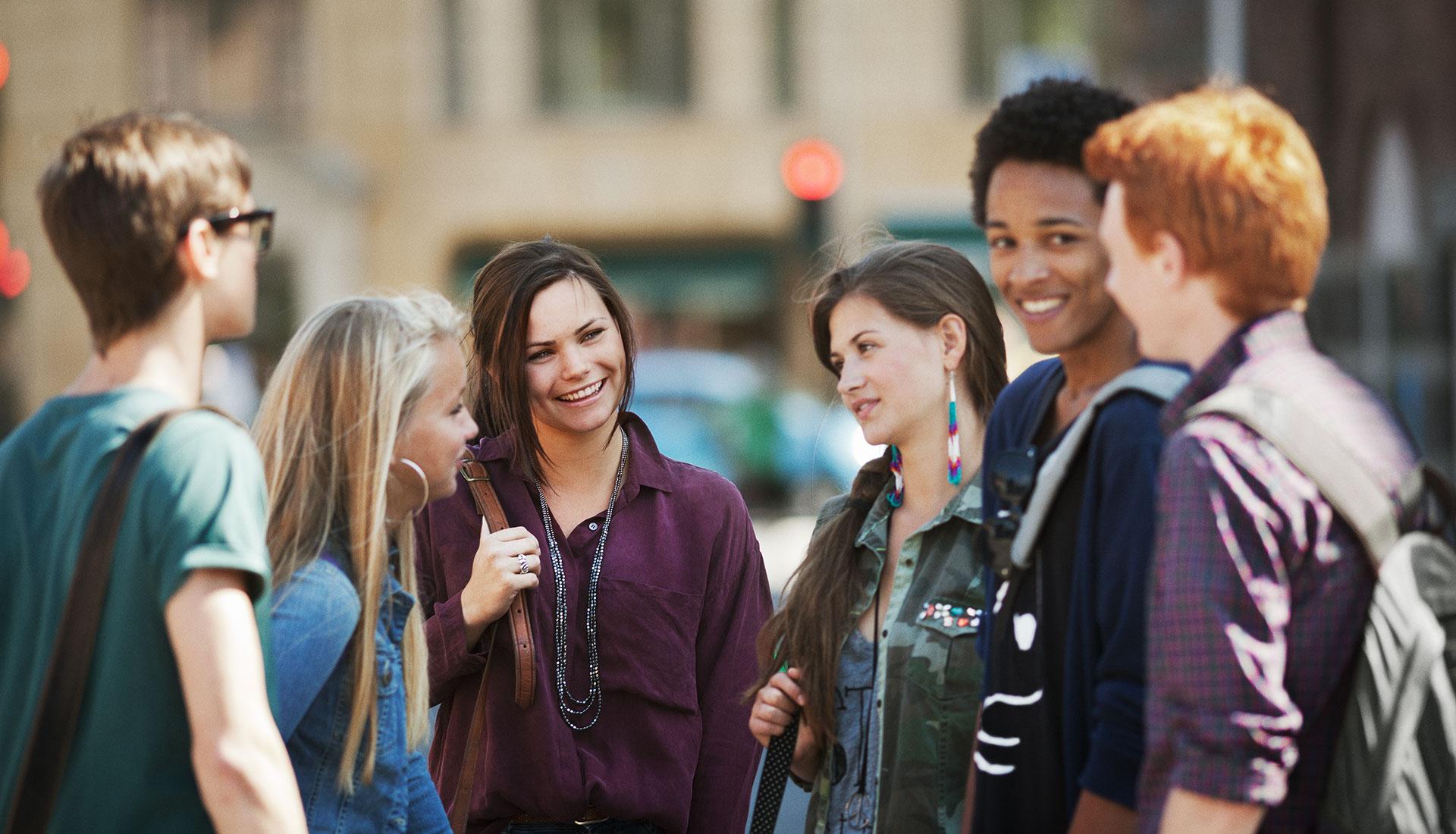 groupe de jeunes adolescents en train de discuter