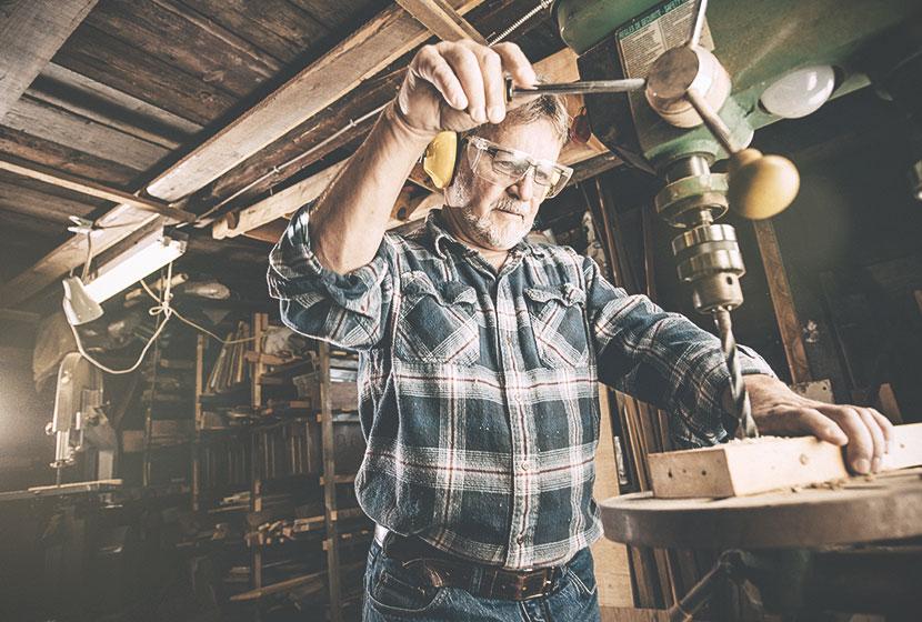 travailleur industriel chemise à carreaux lunettes de protection et casque de sécurité
