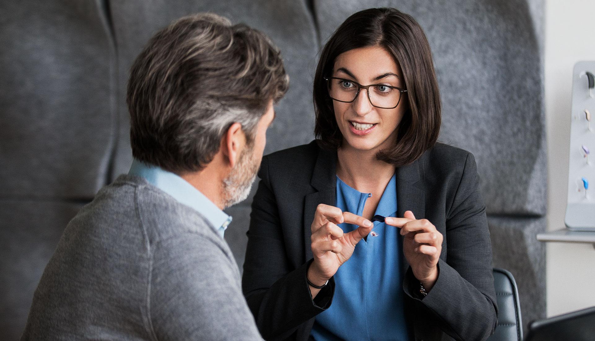 femme médecin expliquant les audioprothèses à son client