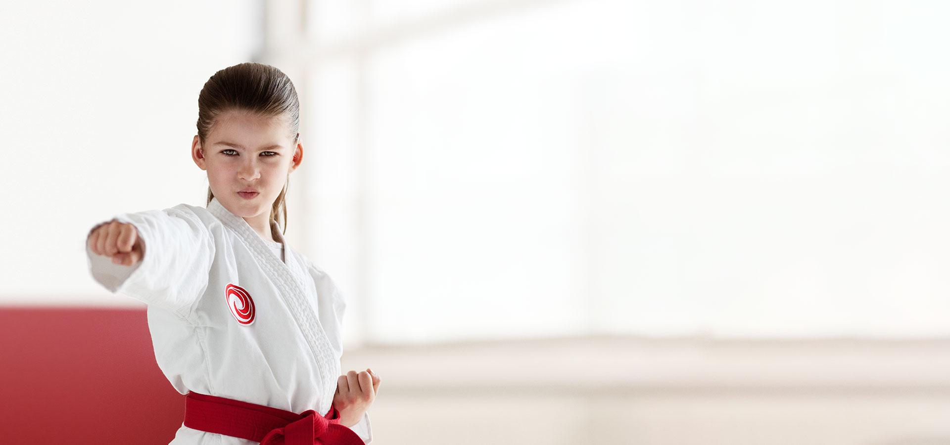 petite fille pratiquant le karaté