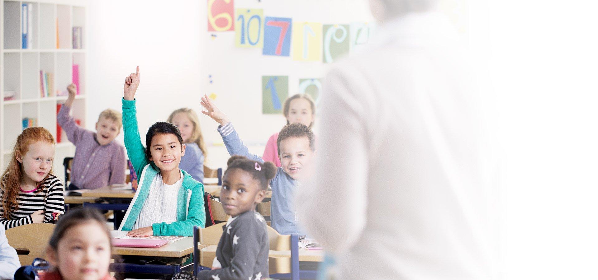 enfants en classe avec professeur de dos