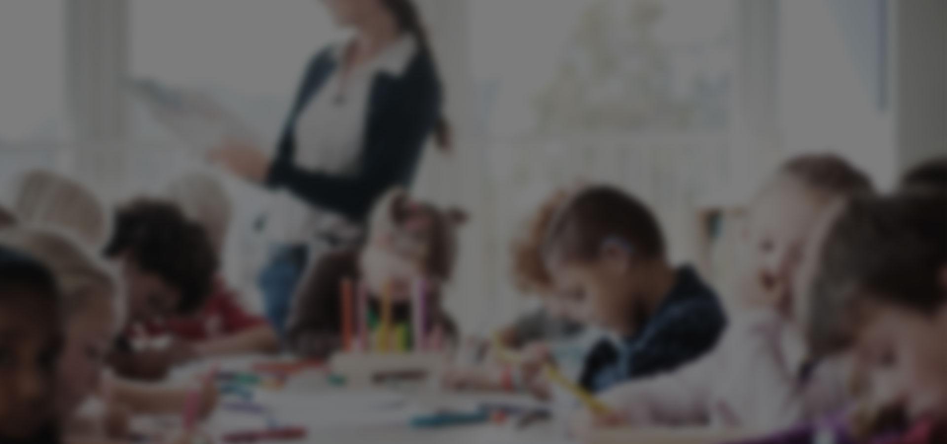 gouter d'anniversaire avec plusieurs enfants autour d'une table