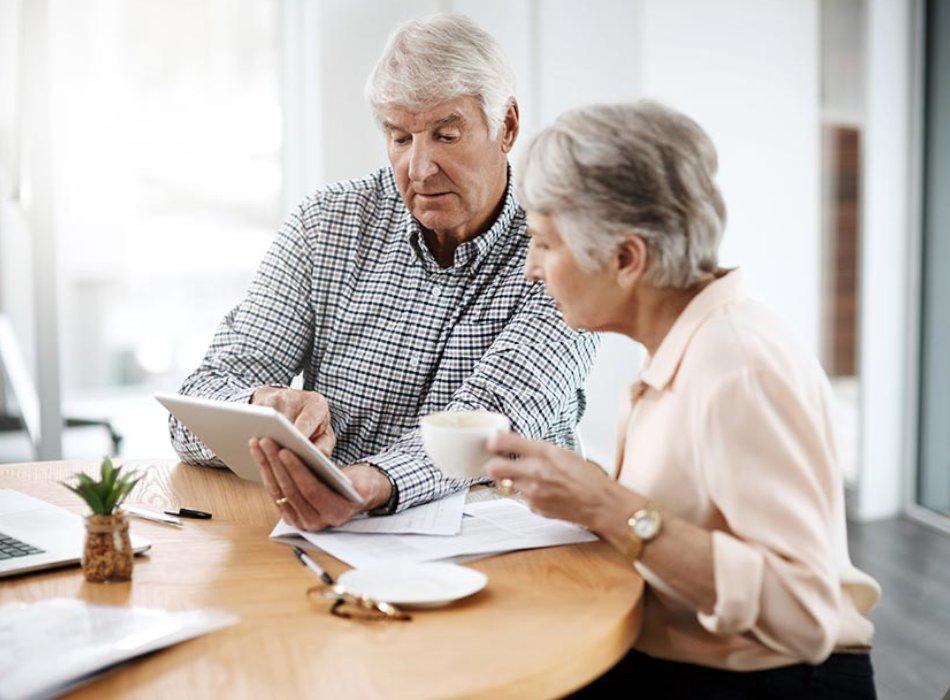 Starsze osoby sprawdzające internet w kuchni